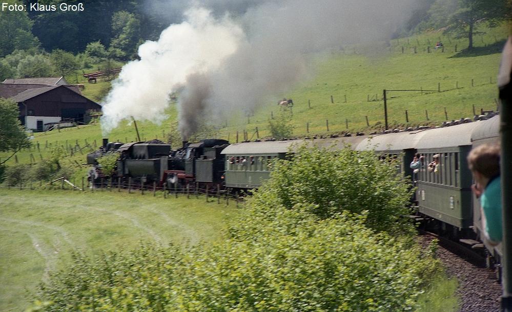 http://www.offenstall-kaltenborn.de/bilderhosting/klaus.gross/38_1772_und_24_009_Westerwaldbahn_1988_275_14
