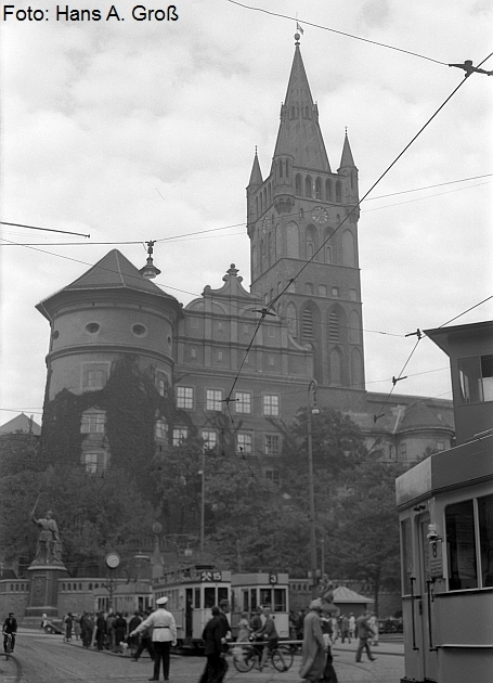 http://www.offenstall-kaltenborn.de/bilderhosting/klaus.gross/Koenigsberg_Schloss_m_Strab_1937_H79